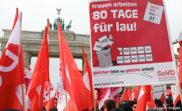 Demonstration am Equal Pay Day vor dem Brandenburger Tor in Berlin: Frauen müssen im Schnitt 80 Tage mehr arbeiten, um den Jahreslohn der Männer zu erreichen.