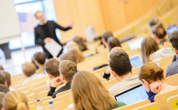 Studenten im Helmut Schmidt-Auditorium der Bucerius Law School in Hamburg: Vor allem bei der Generation Y ist Ausklärungsbedarf in Sachen Versicherungen.