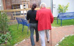 Wie stark Pflegeversicherte die Beitragserhöhungen zu spüren bekommen