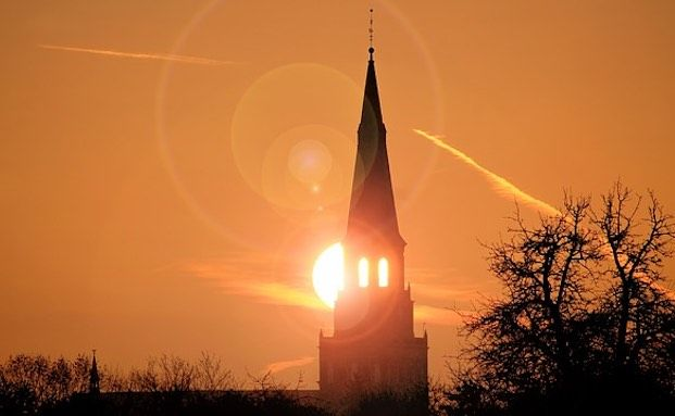 Kirche muss für Sturmschäden durch Dachziegel zahlen
