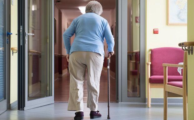Jeder Zweite glaubt, dass der Staat die Pflegekosten voll trägt