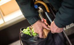 Immer mehr Rentner müssen sich Essen bei den Tafeln besorgen