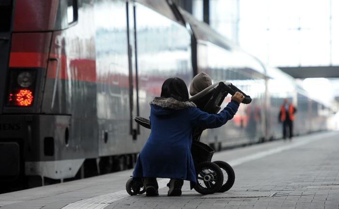 Zugbegleiter bei Kinderwagen-Hilfe doch versichert