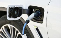 Jeder fünfte größere Mittelständler nutzt bereits E-Fahrzeuge