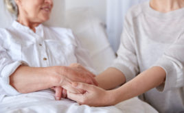 Junge Daheim-Pflegende leiden stärker unter Einkommenseinbußen