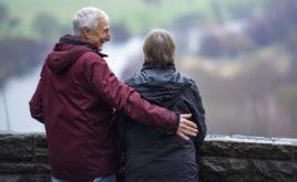 Menschen mit höherem Einkommen sind im Alter glücklicher